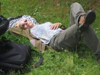 Muž v trávě