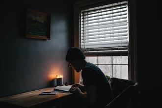 čtení ve tme